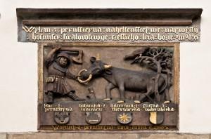 Reliéf rodové pověsti pánů z Pernštejna nad hlavní bránou zámku Pardubice (1511)