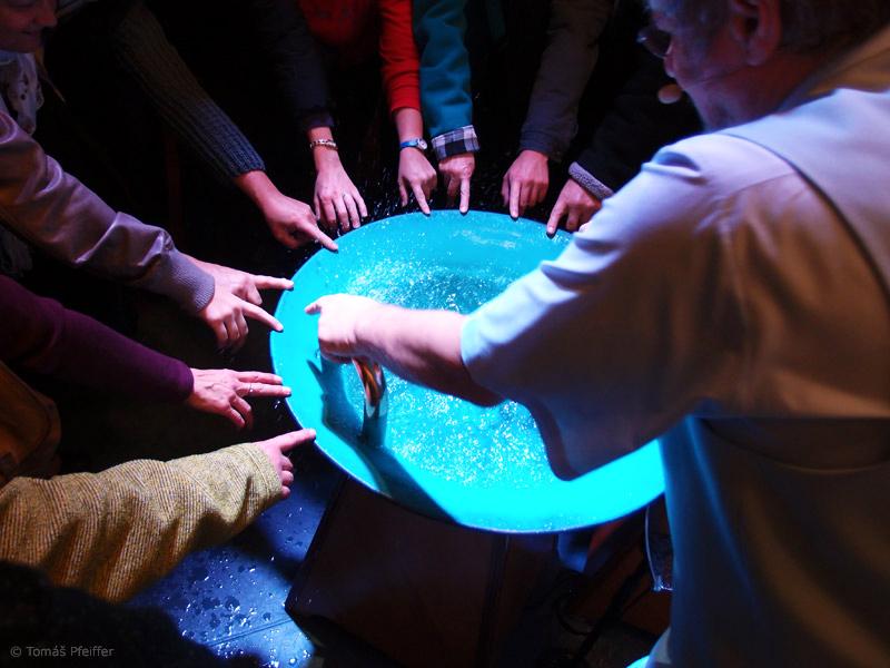 Na závěr si můžete zblízka prohlédnout hudební nástroj Vodnářský zvon s rezonančními obrazci na vodní hladině a vznášejícími se kapičkami vody