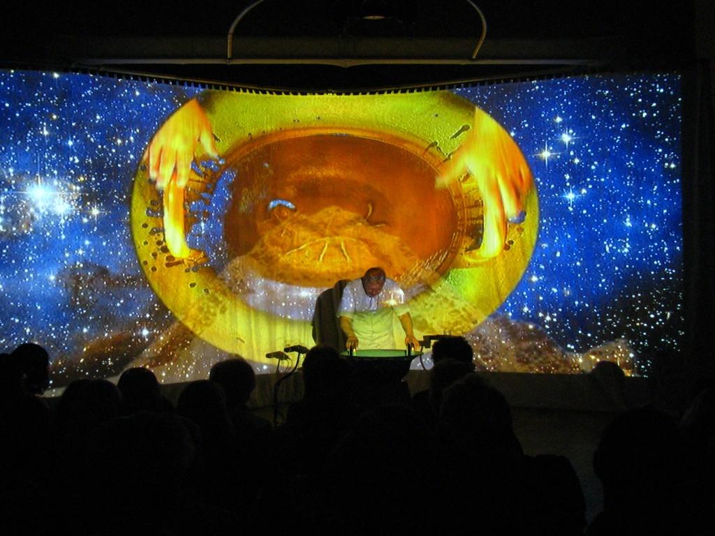 Jednotlivé skladby jsou doprovázeny unikátní obrazovou projekcí na velké parabolické plátno