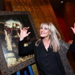 Chantal Poullain předvádí již nacvičený postoj - v kalendáři znázorňuje Blázna