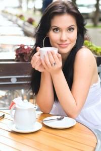 zena s kavou