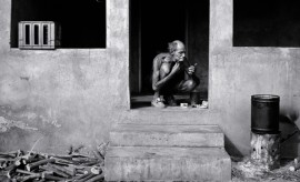 16 Man shaving on verandah W TVL 1986 001