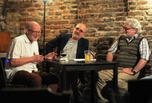 Uprostřed v moderátorské roli novinář Dušan Spáčil, autor tří básnických sbírek a desítky publicistických knih