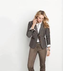 Kolekce značky Steilmann vsadila na hnědý odstín zejména u kalhot. Barva hořké čokolády vítězí i u retro šatů ve stylu 70. let.
