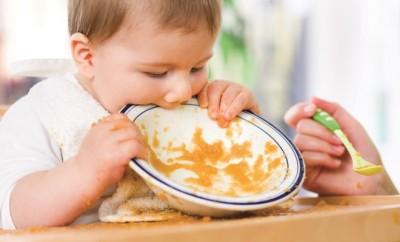 dítě s talířem