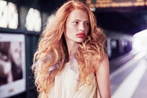 Na modelce je použit odstín INOA 7,43 + 10. Ve spodní části jsou vlasy nejprve prosvětleny, aby výsledný efekt působil přirozeně. Celek zpestřují fialové prameny, které nabourávají klasickou harmonii.