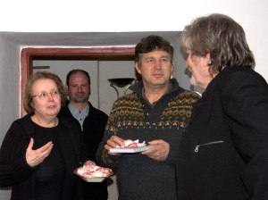 Knížka se křtila nikoli vínem, ale okvětními lístky růží – zleva knihovnice Lenka Frankovicová spolu s druhým kmotrem Vladimírem Císařem