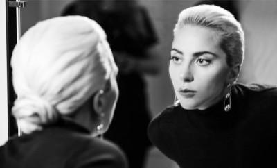 Lady-Gaga-behind-the_4270
