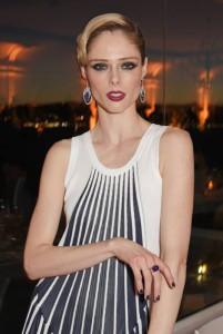 Mezinárodní špičková modelka Coco Rocha, přidala svému outfitu punc okázalosti a luxusu zlatým prstenem a náušnicemi s diamanty, modrými safíry a černým opálem z kolekce High Jewellery Cesta slunečního světla, Piaget.