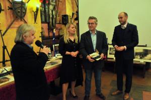 Cenu pro nadaci manželů Havlových přebral ředitel Vangelis Zingopis (první zprava).