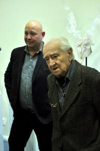 Momentka ze zahájení vernisáže v Tripatrit Gallery, zleva vedle mistra Roubíčka jeho žák Jiří Pačinek