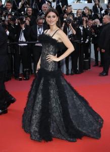 Penelope Cruz v černých šatech Chanel z kolekce jaro-léto 2018 Haute Couture