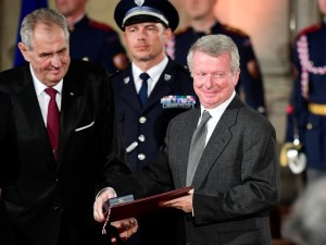 Snímek z předání státního vyznamenání