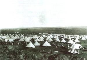 Angličané nahnali Búry (nizozemské osadníky v Jižní Africe) do stanů. V každém se tísnily až tři rodiny.