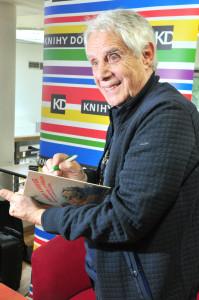 Zpívající spisovatel (nebo píšící zpěvák) Josef Laufer podepisuje svou třetí knihu