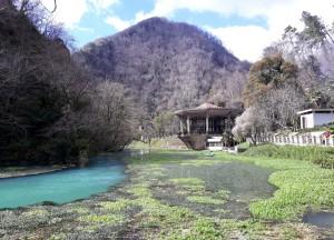 Malebné jezero Psyrccha pod Novým Athosem