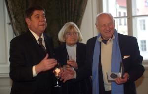 Od ministra kultury Martina Štěpánka (vlevo) převzal Arnošt Lustig pamětní medaili. Uprostřed vidíme Evu Kantůrkovou, tehdejší předsedkyni Syndikátu spisovatelů