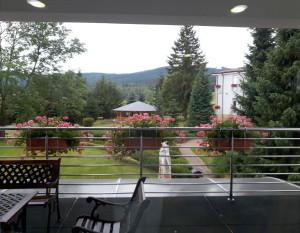 Výhled do zahrady s altánem Olgy Havlové, kde se odehrává řada kulturních akcí a vystoupení