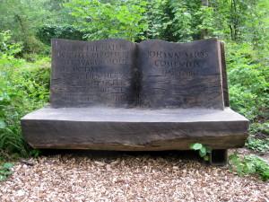 Lenčín, lavička s citátem Jana Amose Komenského v zámecké zahradě