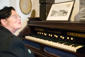 Autorka se mimo psaní ráda věnuje staré hudbě