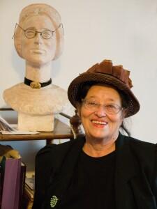 Dvojportét autorky, vlevo jak ji ztvárnil akademický sochař J. V. Schwarz