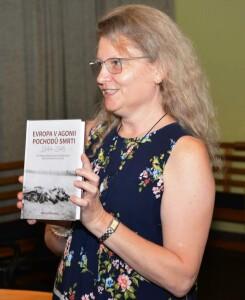 Milena Městecká při křtu své knihy