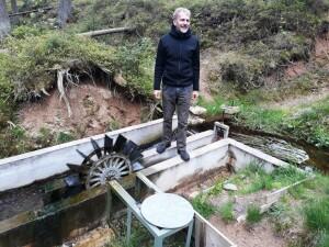Antonín Hříbal vysvětluje fungování náhonu Huťského potoka u Anenské brusírny