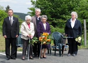 Slavnost na Cínovci v roce 2015, zleva starosta obce Dubí Petr Pípal, Milada Cábová, Miroslav Kaliba, Miloslava Kalibová, Věra Čepelová
