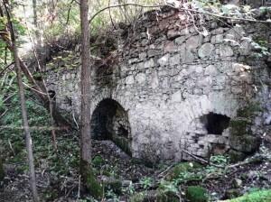 Zbytky pecí sklárny Frauentál viditelné v terénu