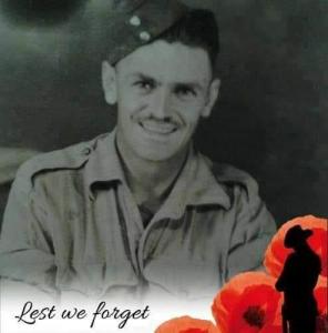 """""""Ať nikdy nezapomeneme"""" říká nápis pod fotem G. W. Clarka, který přežil válečné zranění i zajetí a pochod smrti přes ČR"""
