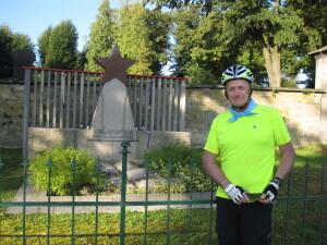 Glenn Clark při své dlouhé jízdě na kole po stopách svého otce u hrobu obětí pochodu smrti v Sobotce