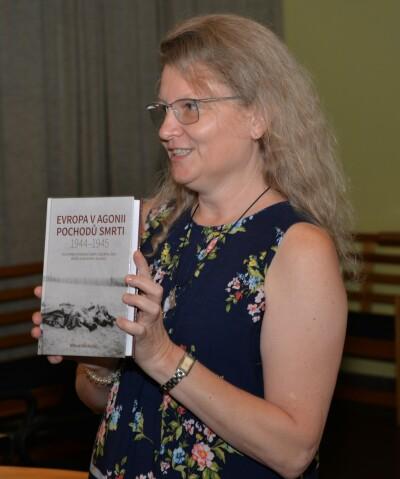 Milena Městecká při křtu své knihy v Lidicích v loňském roce