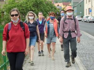 Nový Bor, květen 2020, městem celá skupina vzpomínkového pochodu procházela v rouškách
