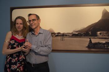 Pavel Scheufler se svou partnerkou Luciou před fotografií Rio de Janeira z roku 1879 na vernisáži výstavy Čas rytířů dalekých moří