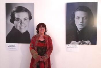 Kateřina Kočová u portrétu své maminky Miroslavy Berdychové