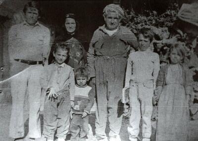 Rodinná fotografie z roku 1981 – chlapec Jakub šestý zleva