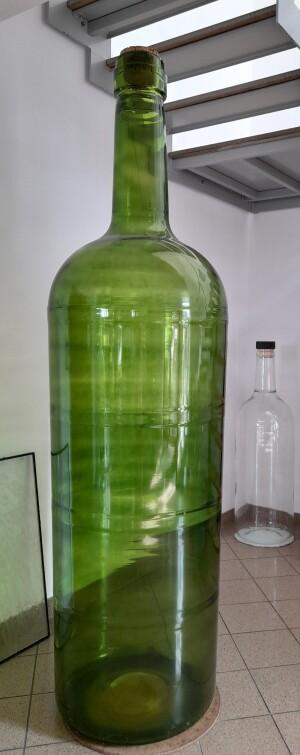 V Bommě se mj. rodí i největší láhve na světě, na víno či whisky, ale i něžné parfémové flakonky pro věhlasné značky, jako je Chanel nebo Dior