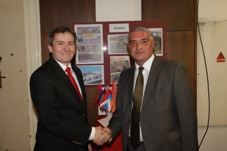 Momentka z vernisáže – Roman Blaško s arménským velvyslancem v ČR Ashotem Hovakimianem
